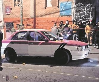 Matan a pasajero de taxi frente a su pareja y hieren al chofer en CDMX