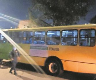 Sujetos acorralan camión, asaltan a pasajeros y matan a uno en CDMX