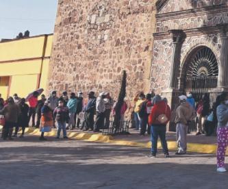 Abuelitos siguen formados para vacunarse vs Covid en Xonacatlán, pero no hay confirmación