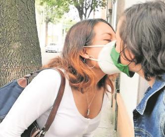 Autoridades piden evitar besos y contacto físico ante Covid-19 en Edomex