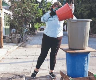 En Neza se surten de agua potable en un registro; pipas les cobran 120 pesos por minuto