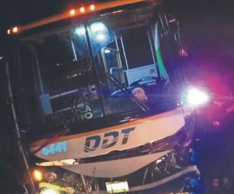 Autobús impacta y lanza al barranco a dos automovilistas en Edomex, no sobrevivieron