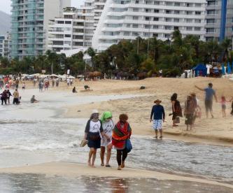 A pesar de las fuertes lluvias, los turistas disfrutan de las playas de Acapulco