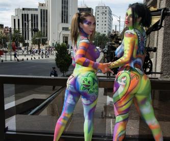 La cacería comenzó, Maha y Crystal llegaron sexys a  esta casa editorial (Foto: R. Huízar)