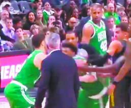 basquetbolista pierde control golpes derrota hawks