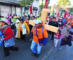 Peregrinos Basílica Cruz de Madera Toluca