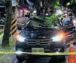 Joven salta vacío cae encima automóvil China