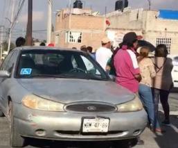 Vecinos bloquean avenida Recursos Hidráulicos y generan caos, en Ecatepec
