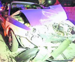 custodios se estrellan de frente contra un Taxi