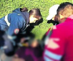 Motociclista derrapa termina estampado parabrisas Toluca