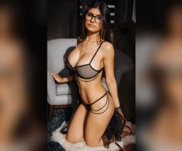 mia khalifa foto sexy comiendo lencería bikini