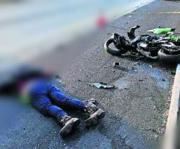 Muere un motociclista al chocar