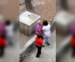 una mujer agrede abuelita