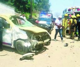 Taxista queda prensado tras caer de puente en Cuautla
