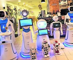 sirven café a comensales Siete androides