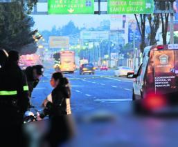 Motociclistas derrapan Salen proyectados Automóviles los arrollan Edomex Toluca