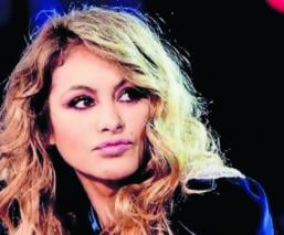 Embargan sueldos Paulina Rubio