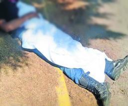 Joven ciclista cae a bache cuando iba al trabajo en Toluca