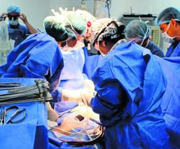 Niña recibe implante corazón artificial