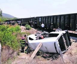 Coche contra tren Arrastra auto Mujer muerta Nueve heridos Edomex