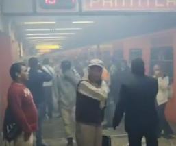 Desalojan metro Balderas humo