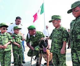Niños visitan la Zona Militar 22 y se vuelven soldados por un día, en Edomex