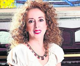 María Elena Saldaña hace todo por su público