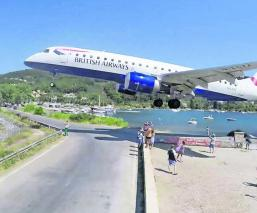 aviones aterrizan rozando la cabeza turistas atracción arriesgada impresionante video aeropuerto skiathos grecia