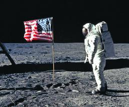 La bandera de Estados Unidos sigue en pie Desmienten mitos de viaje a la Luna