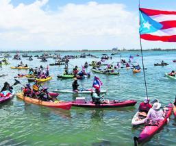 manifestantes protesta acuática exigen renuncia gobernador Puerto Rico tablas de surf motos acuáticas Ricardo Rosselló