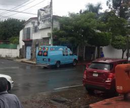 Automovilista le cierra el paso a ambulancia y termina chocando con árbol, en Morelos