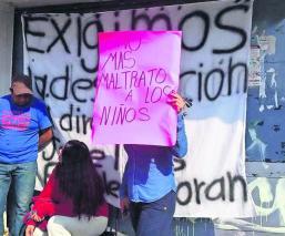 Familiares mantienen bloqueo en primaria del Edomex; exigen destitución de docentes