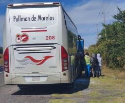 Mujeres normalistas bajan a pasajeros y se llevan autobús a escuela de Morelos