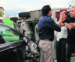 Conductor vuelca con su camioneta y provoca 'carambola' en Morelos; hay un herido