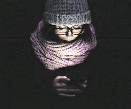 Mujer pierde la vista por usar el brillo máximo de su celular, en Tailandia