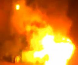 Policías estadounidenses rescatan a conductora de un automóvil en llamas