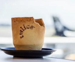 Aerolínea en Nueva Zelanda utiliza tazas comestibles para reducir desechos