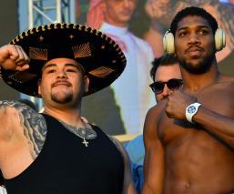 Ambos boxeadores tras el pesaje en Arabia Saudita