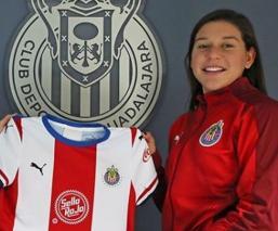 La jugadora en su presentación con Chivas