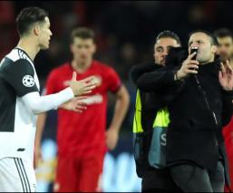 Cristiano Ronaldo le da una patada a un aficionado