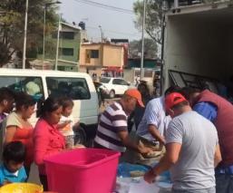 Devotos de la Virgen de Guadalupe regalan comida a peregrinos, en CDMX