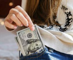 dinero banco mujer