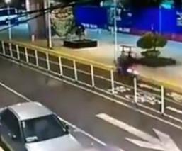 Hombre intenta huir de ladrones que lo interceptan para asaltarlo, en Iztacalco