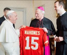 Obsequian jersey autografiado por Patrick Mahomes al Papa Francisco