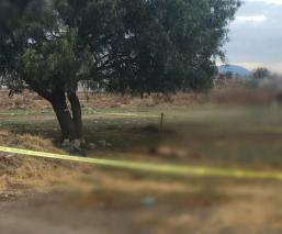 Abandonan cadáver torturado y desnudo en camino desolado de Chalco