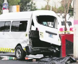 Camioneta de transporte público en Neza se embarra de manera mortal tras pasarse el rojo
