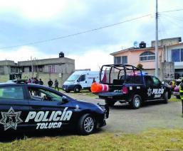 Bomberos y policías hallan fosa clandestina en el patio de una vivienda del Edomex