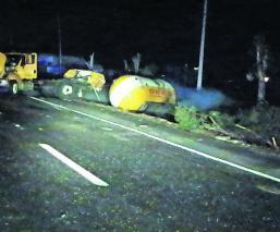 Conductor pierde la vida tras volcar con su pipa en carretera Toluca-Atlacomulco