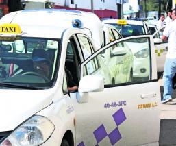 Pasajeros mexiquenses denuncian cobros excesivos por taxistas en la autopista de Zitácuaro