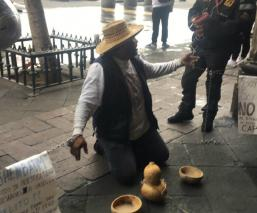 Pulquero de Xochimilco denuncia que autoridades lo extorsionan; se encadena por Sheinbaum